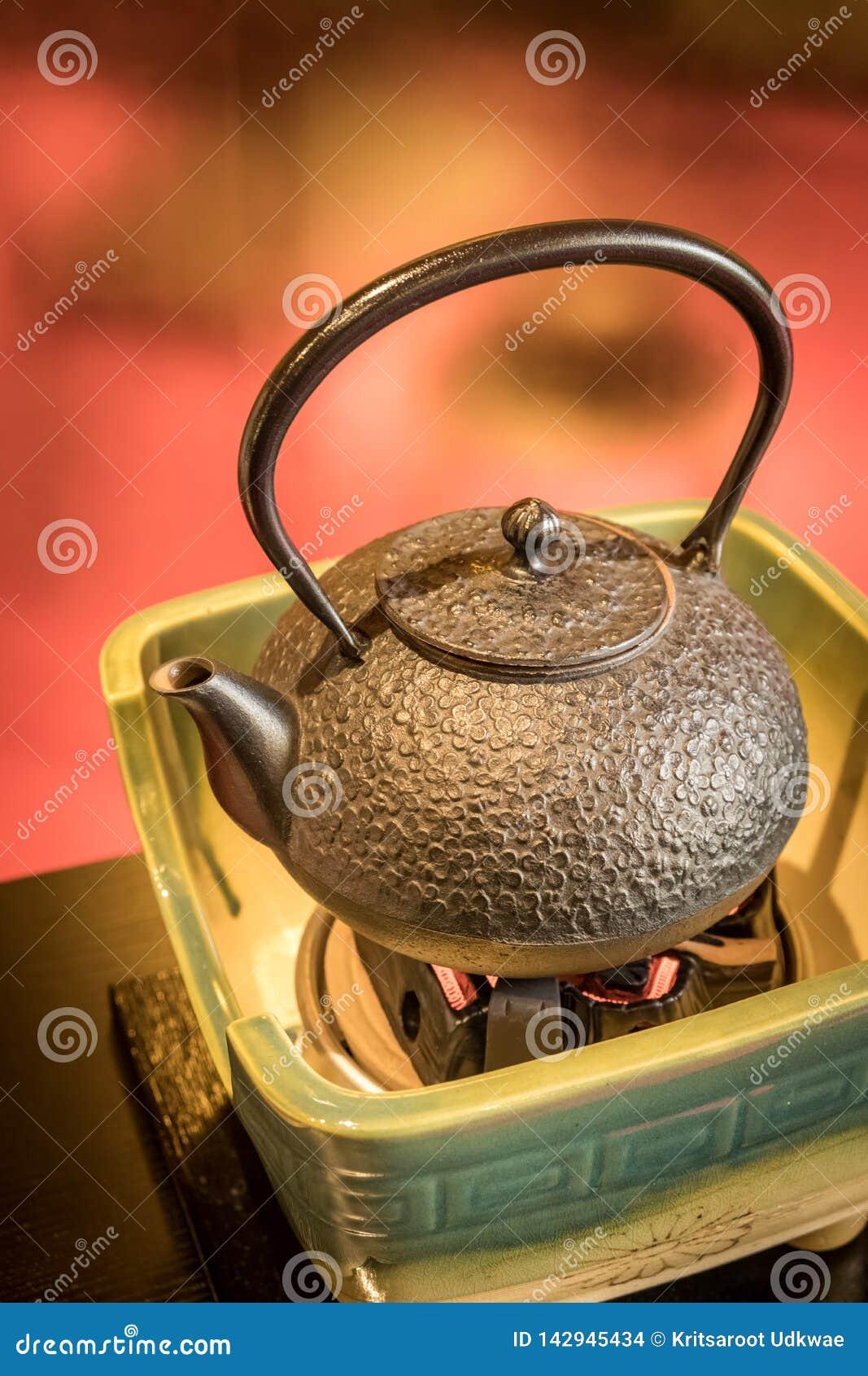 Potenciômetro japonês tradicional do chá na placa cerâmica