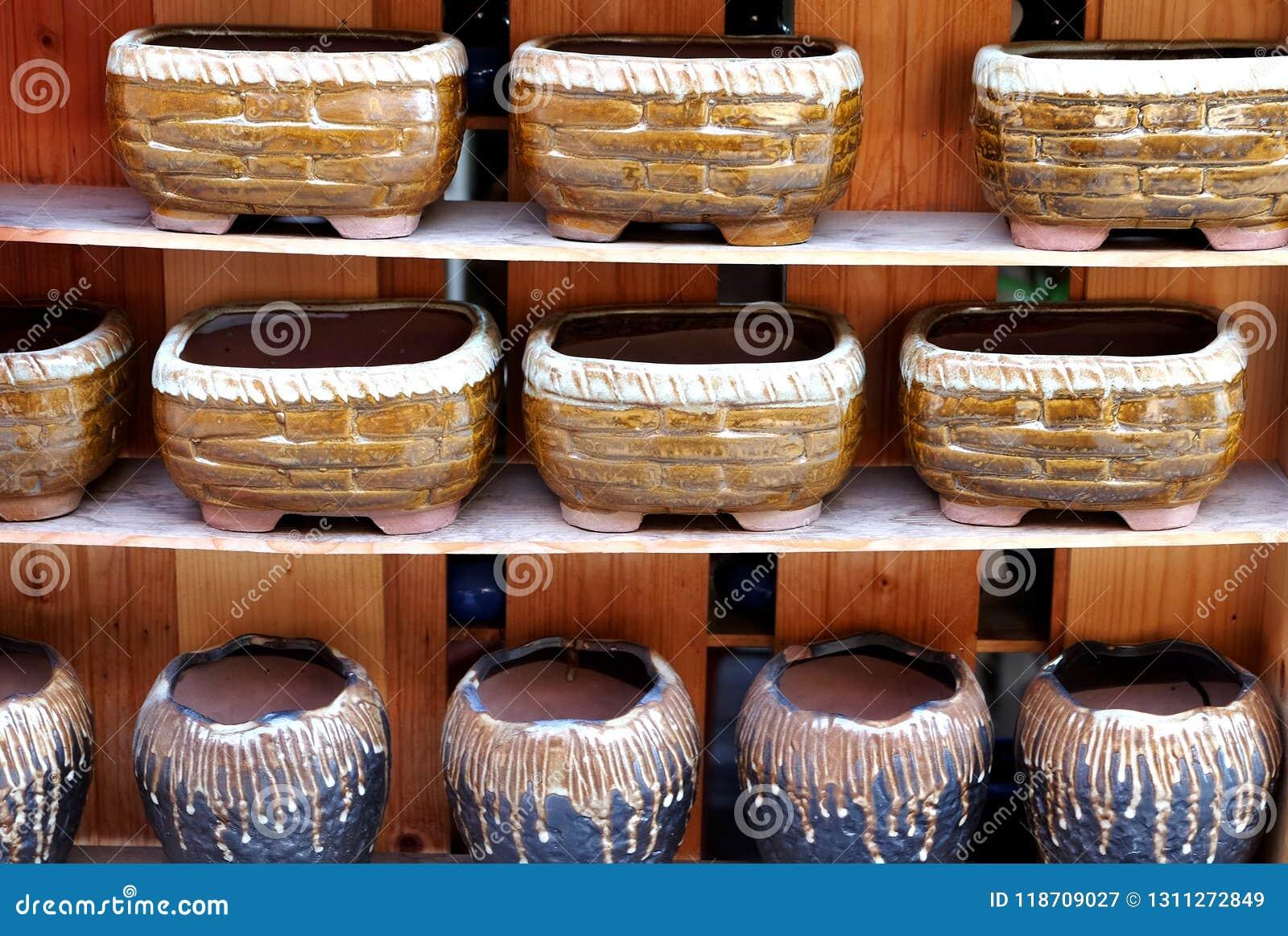 Potenciômetros da porcelana nas fileiras