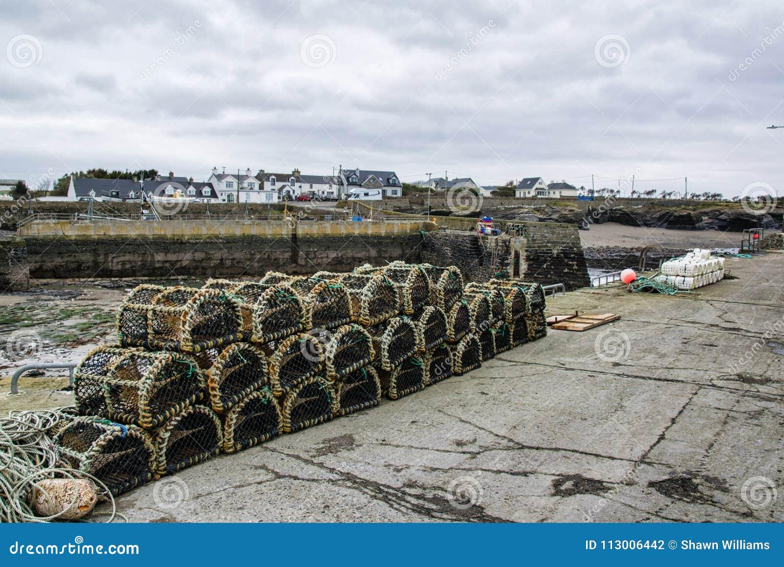 Potenciômetros de lagosta empilhados em uma aldeia piscatória irlandesa