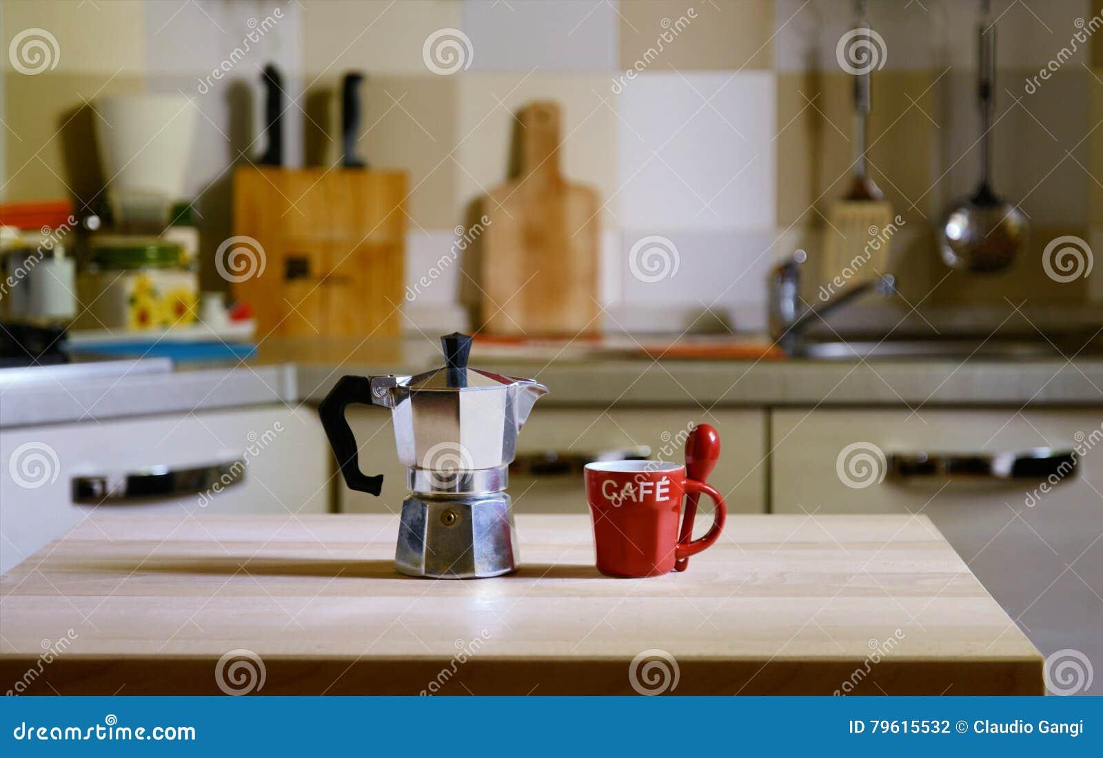 Potenciômetro do café na tabela de madeira no fundo da cozinha