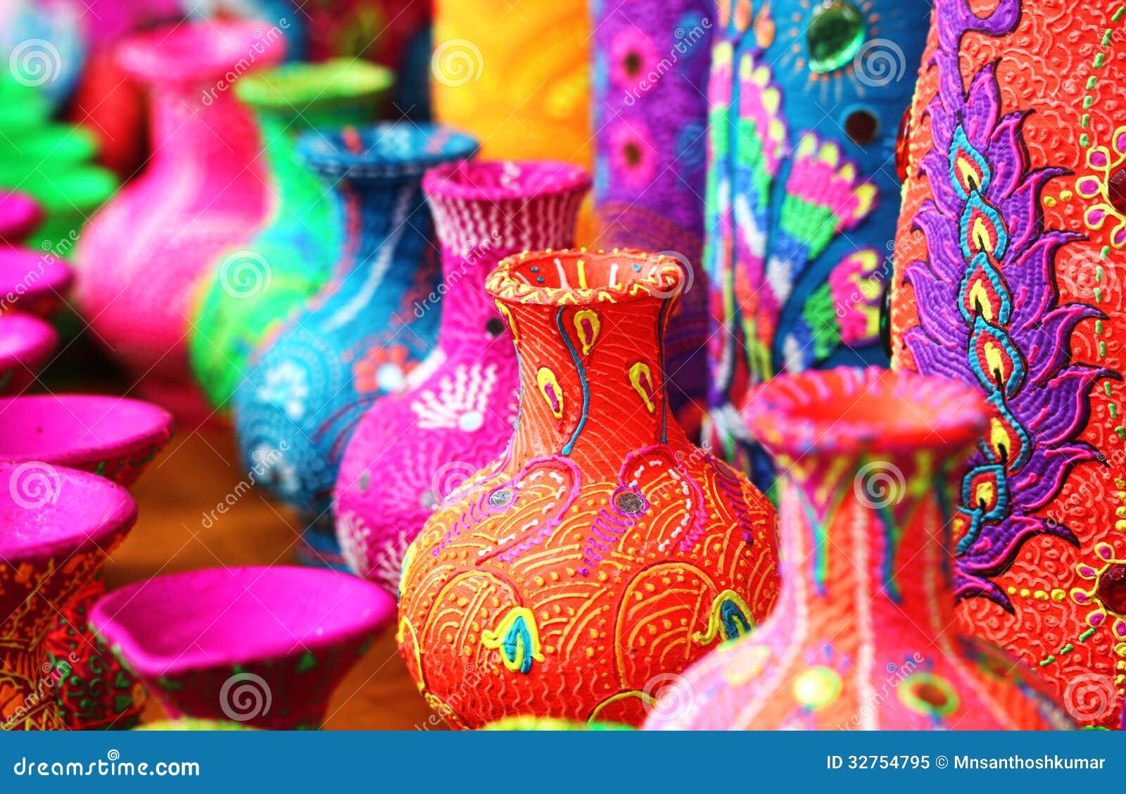 Potenciômetros ou vasos de flor artísticos coloridos em cores vibrantes