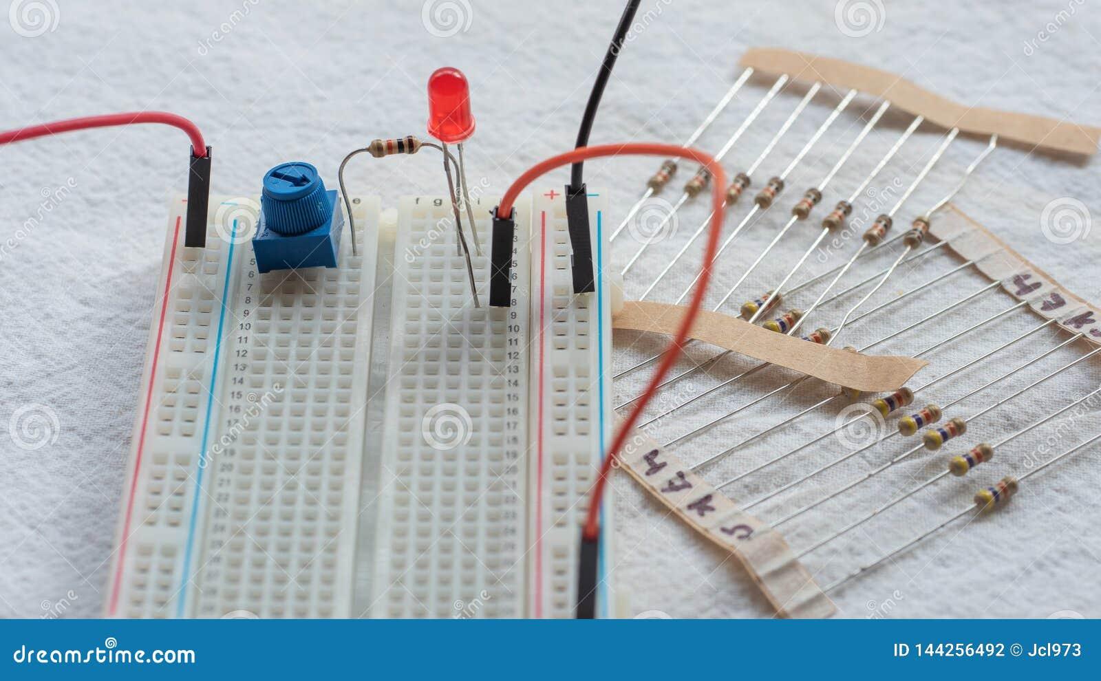 Potentiometer, weerstanden en rode LEIDENE opstelling op een broodplank