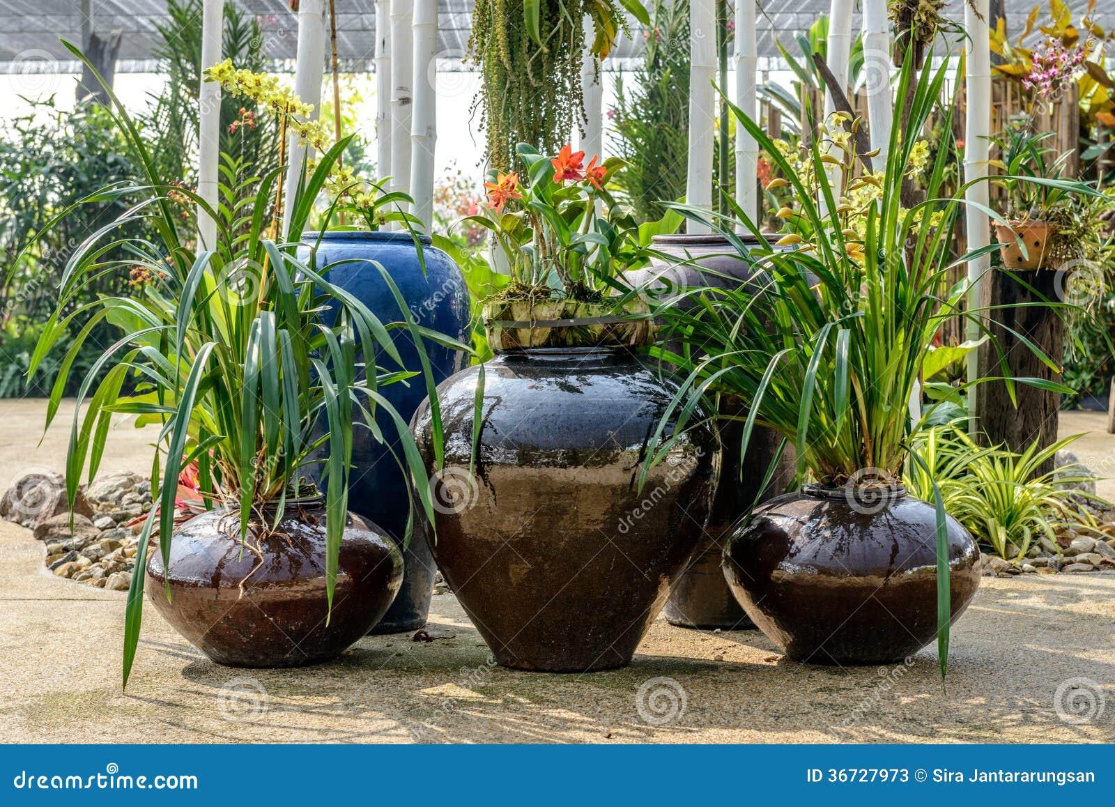 Poterie de terre dans le jardin image stock image du for Bricoler dans le jardin