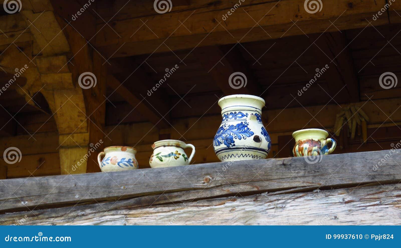 Poterie traditionnelle se tenant sur le balcon d une maison en bois