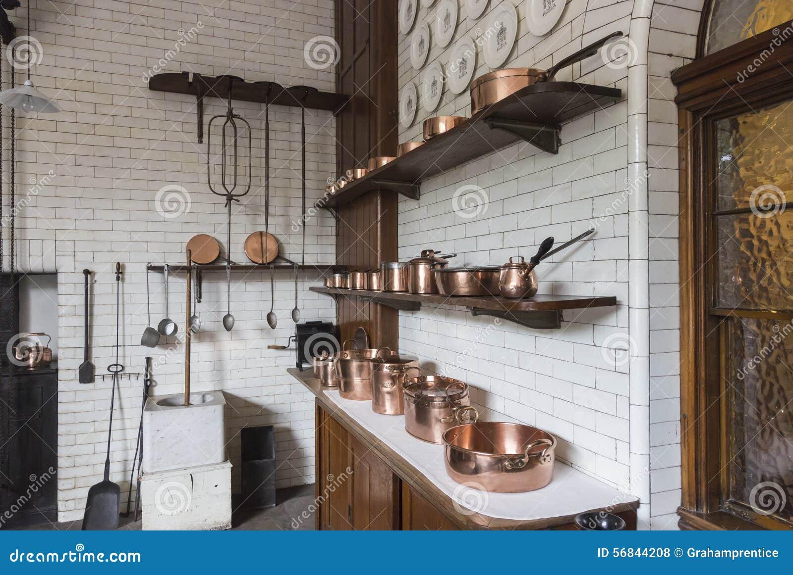 potes cacerolas y cazos de cobre en una cocina del vintage