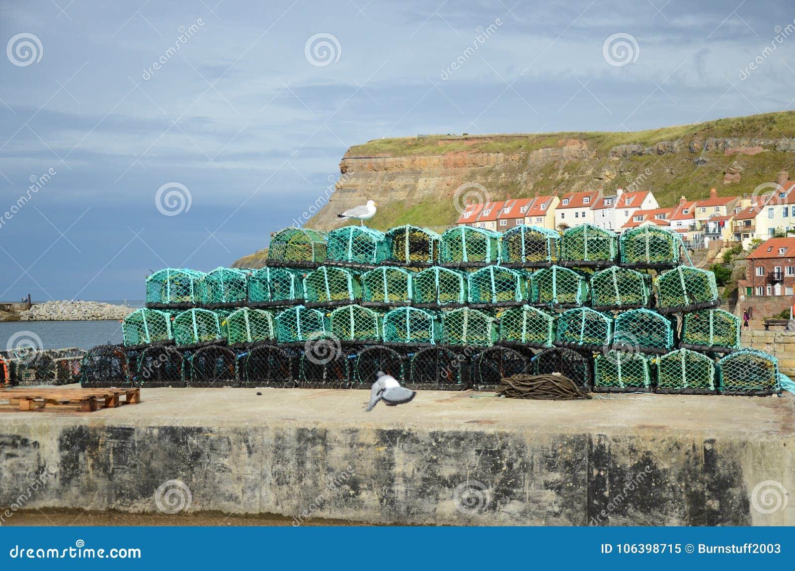 Potes de langosta de Fishermans encendido en el lado del muelle