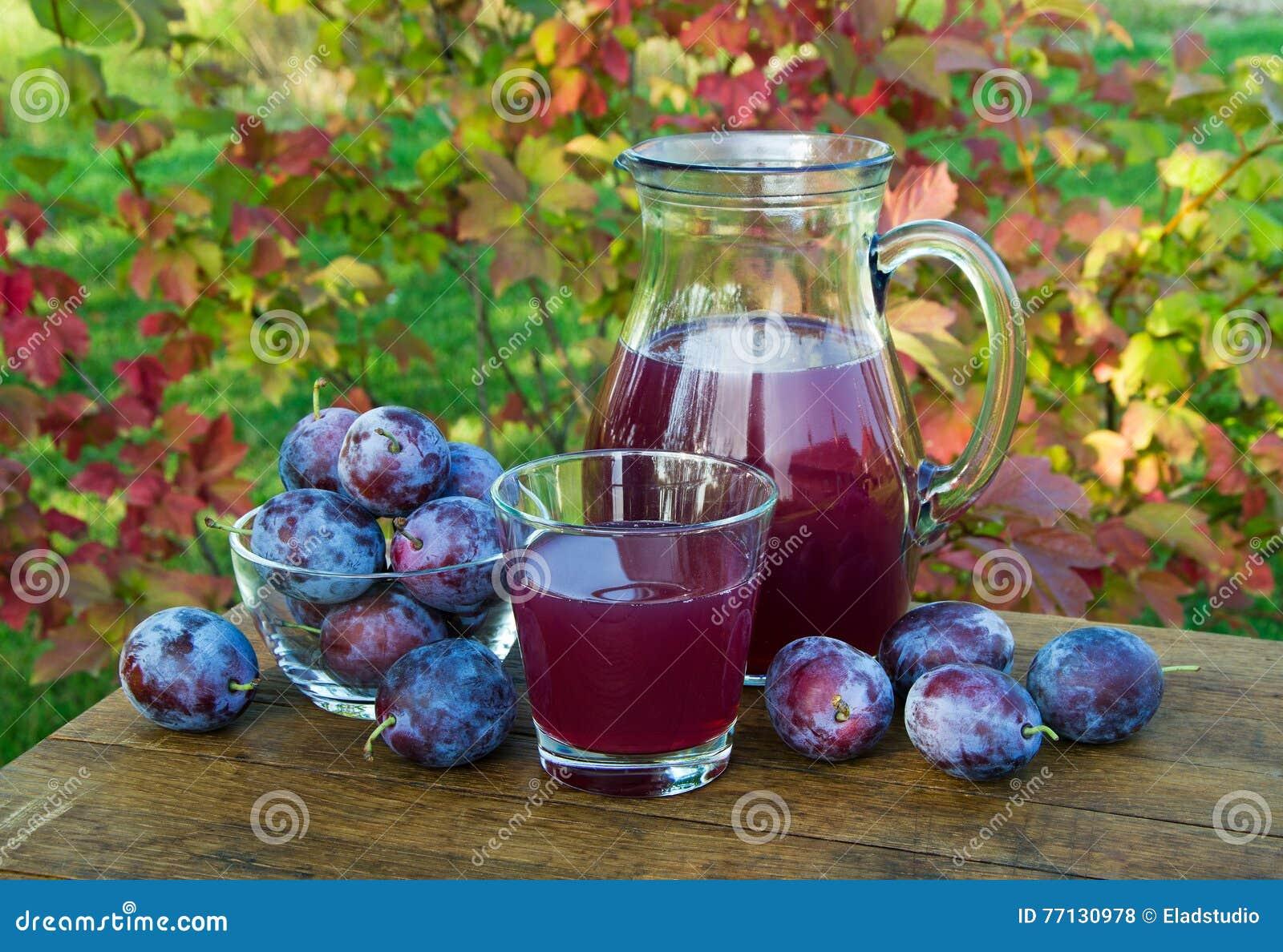 Poti il succo nella caraffa e nel vetro con le prugne