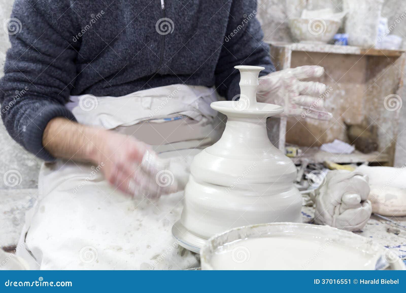 Potier au travail dans une poterie
