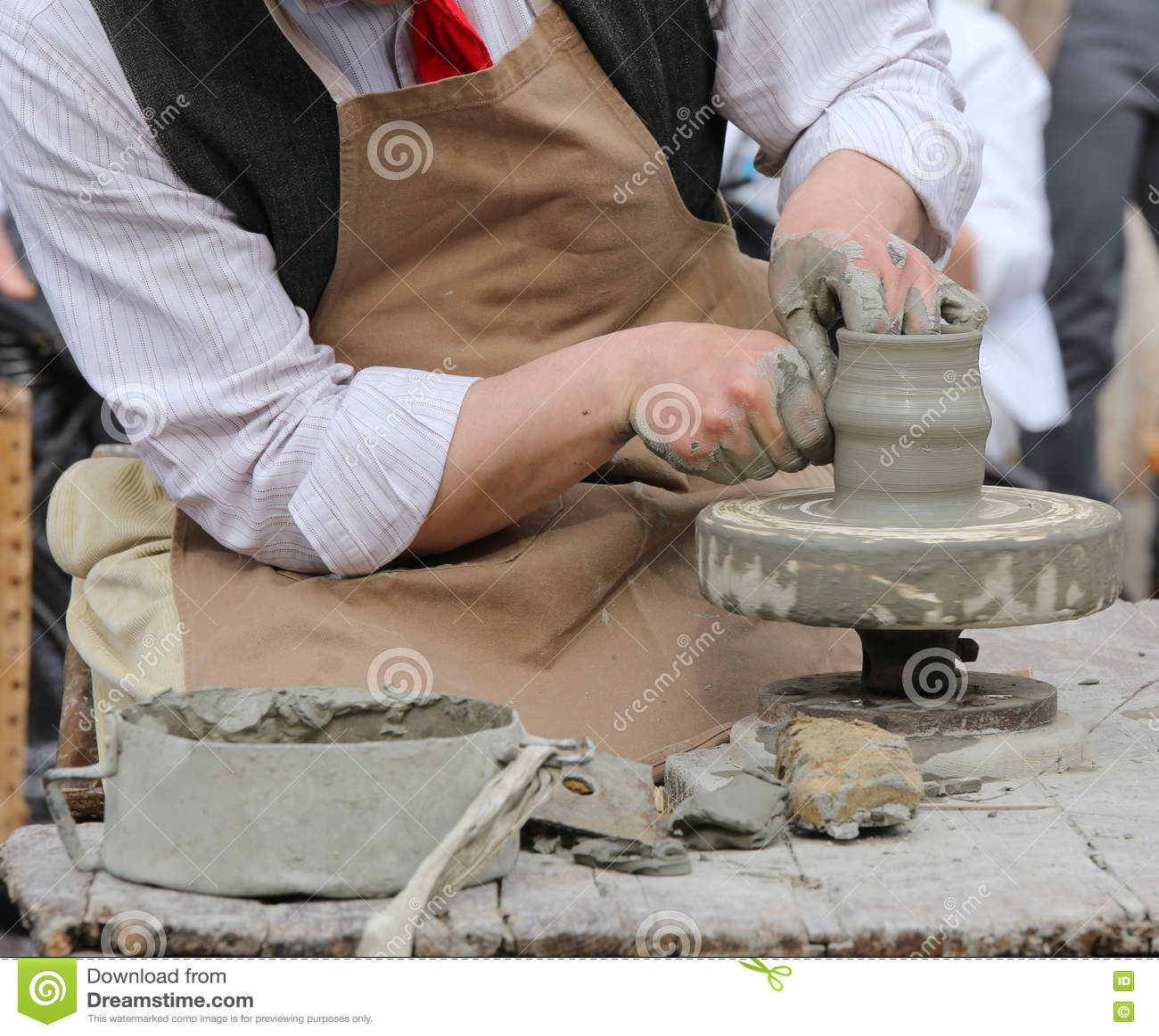 Potier d artisan formant l argile pour rendre un beau vase fait main