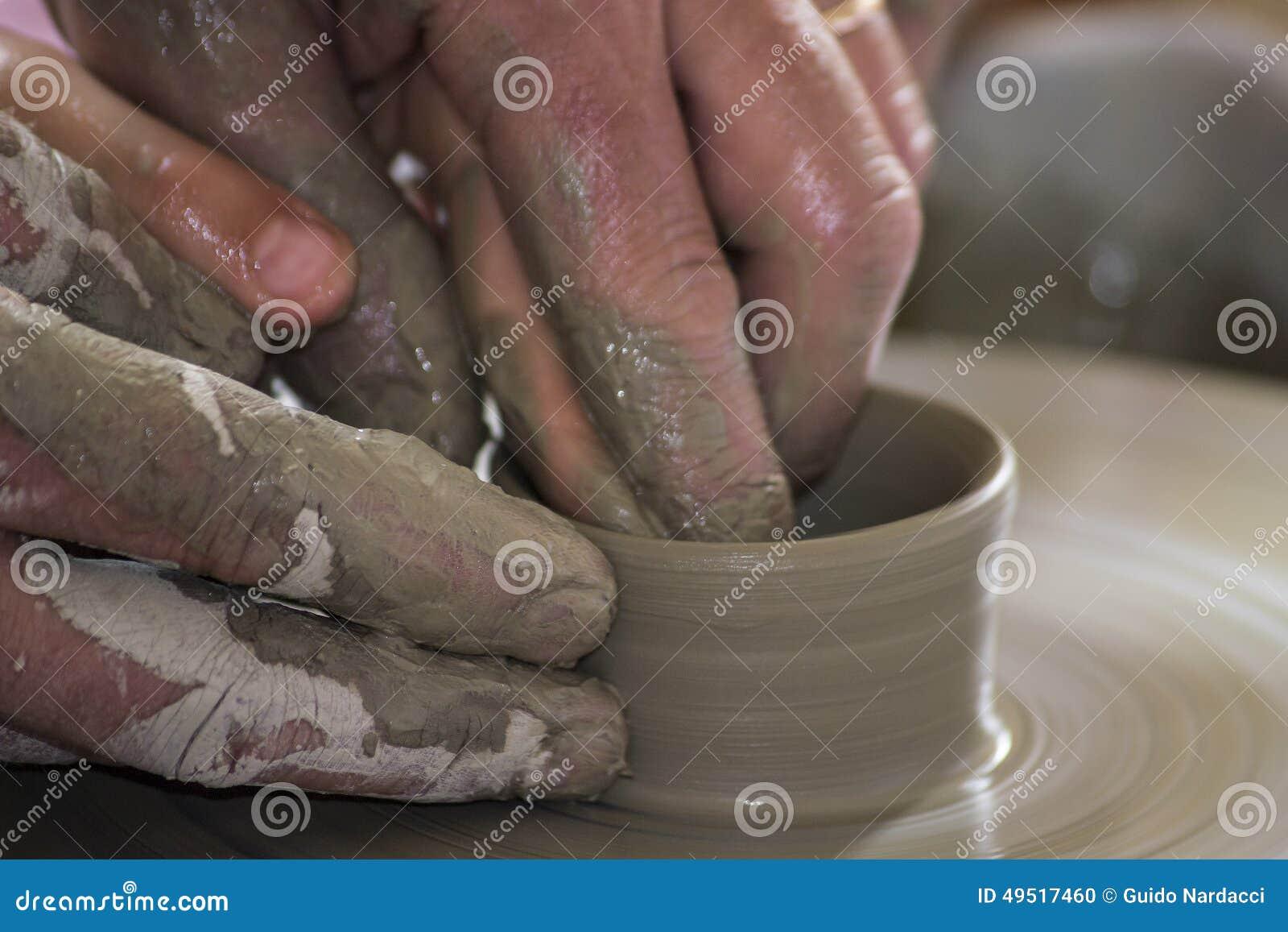 Potier formant un plat en céramique