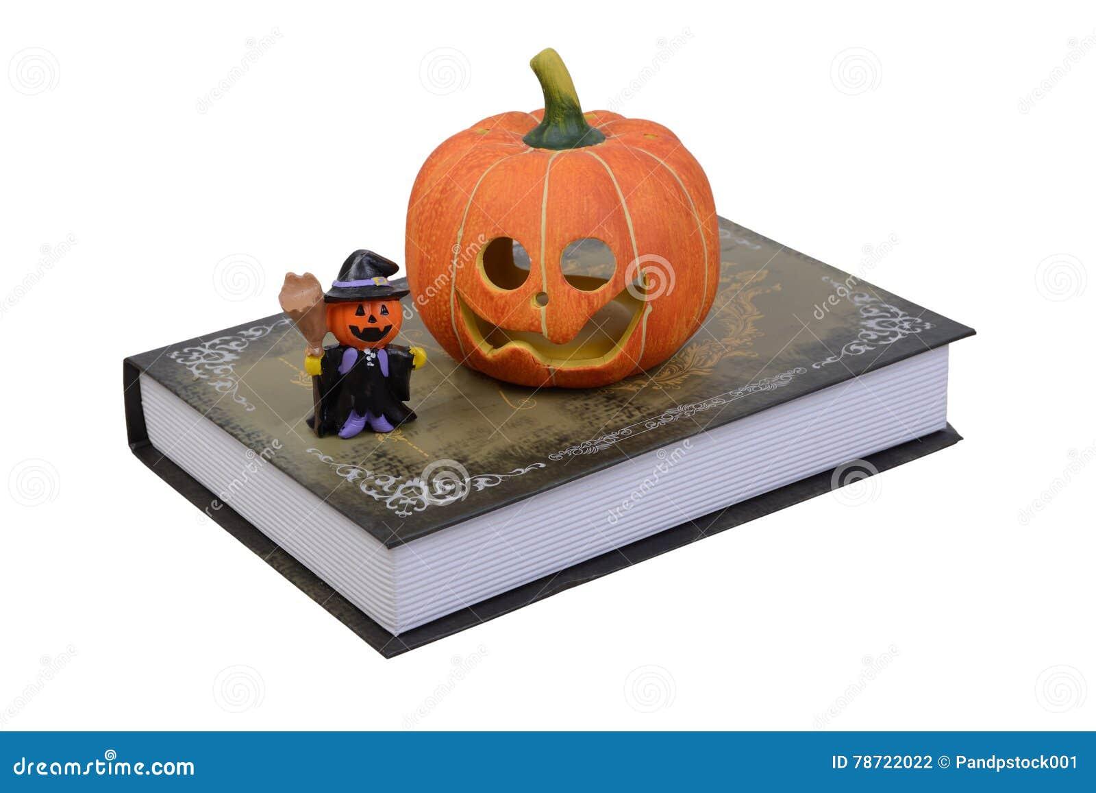 Potiron De Halloween Et Petite Poupee De Sorciere Sur Le