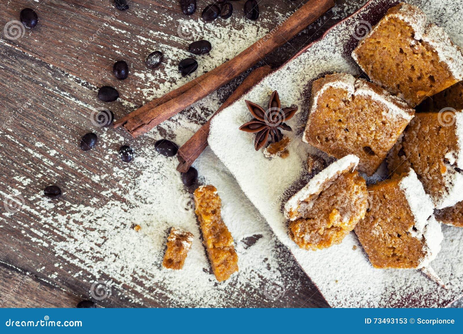 Potiron fait maison de configuration plate - pain de cannelle avec des grains de café dessus