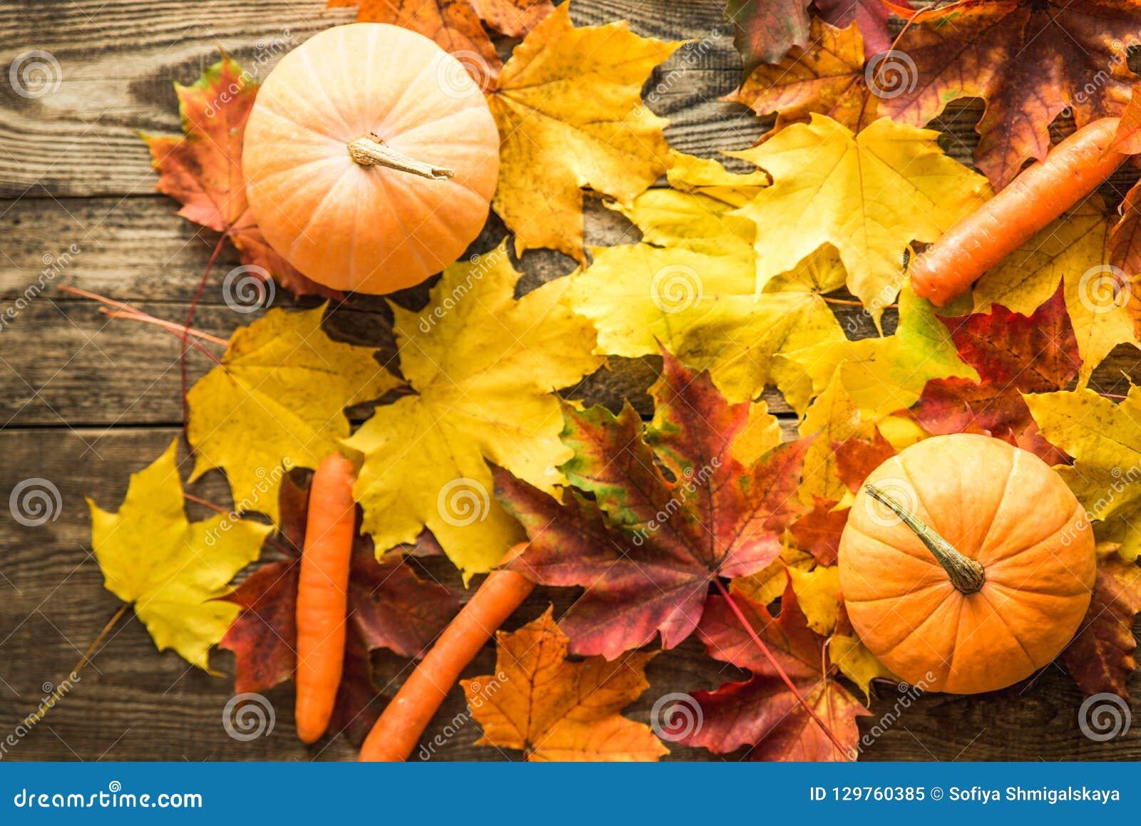 Potirons et carottes oranges avec l automne sur le fond en bois