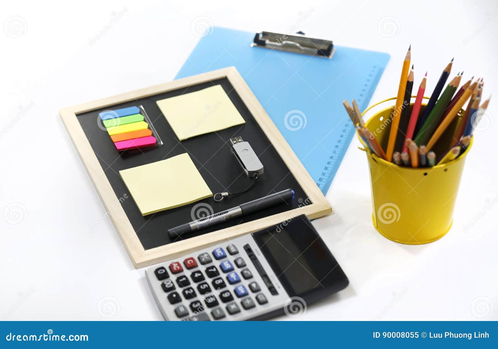 Potloden, pen, memorandumstootkussens, klembord en calculator