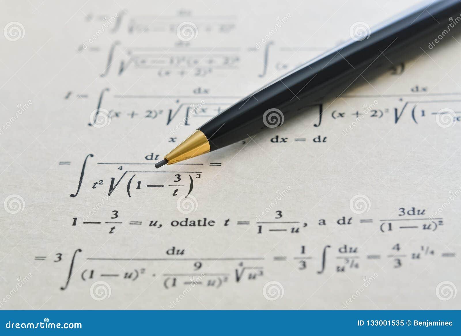 Potlood en wiskundeboek