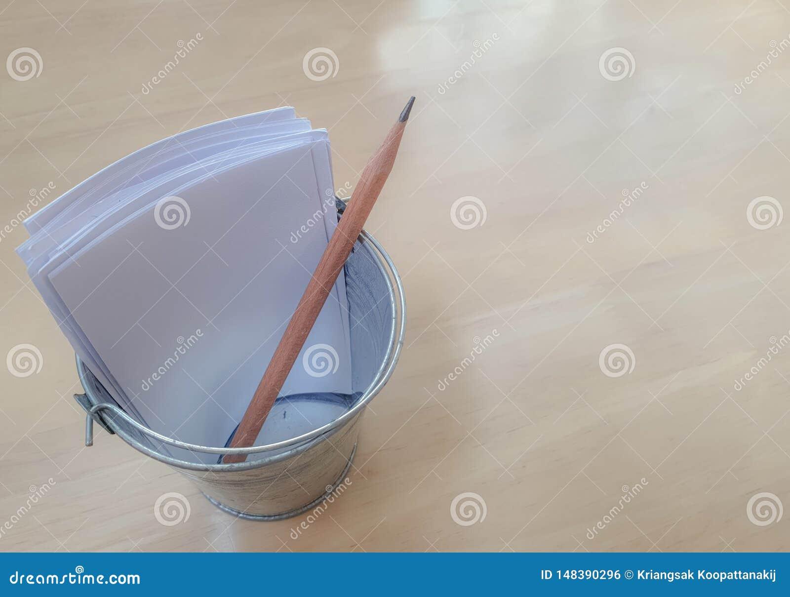 Potlood en Witboeken in de uiterst kleine houder van het staalpotlood