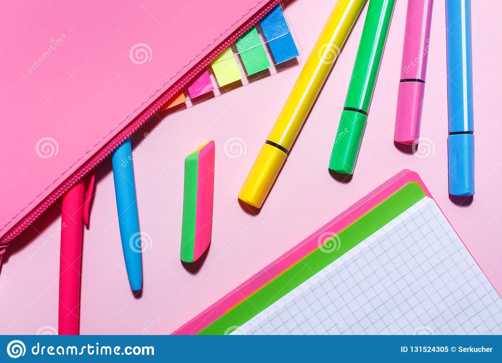 Potloodgeval met kleurenstickers en pennen Vlak leg, hoogste mening