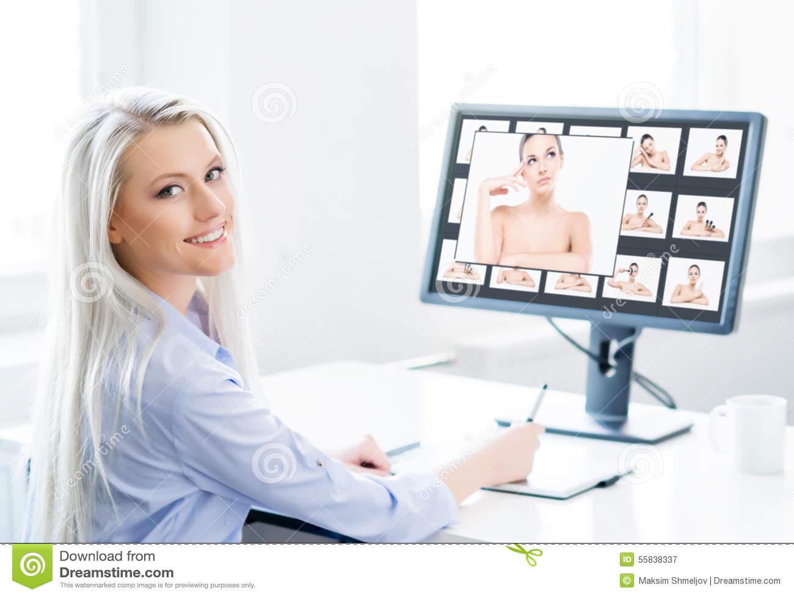 Potomstw, atrakcyjnej i ufnej kobieta pracuje w biurze,