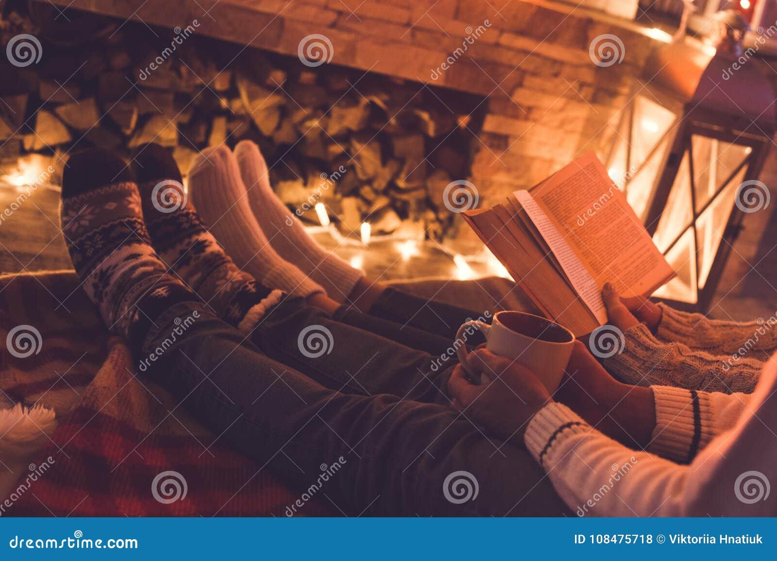 Potomstwa dobierają się blisko graby zimy czytelniczej książki w domu i pić kakao