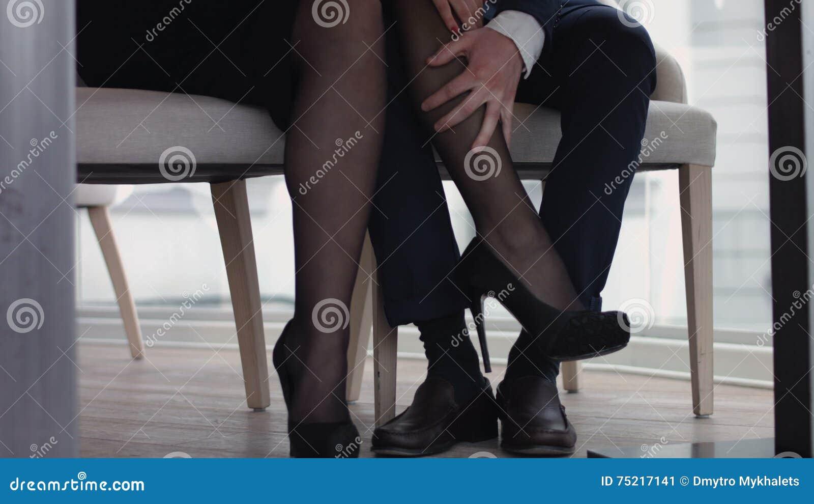 Potomstwa dobierają się flirtować z nogami przy restauracją pod stołem