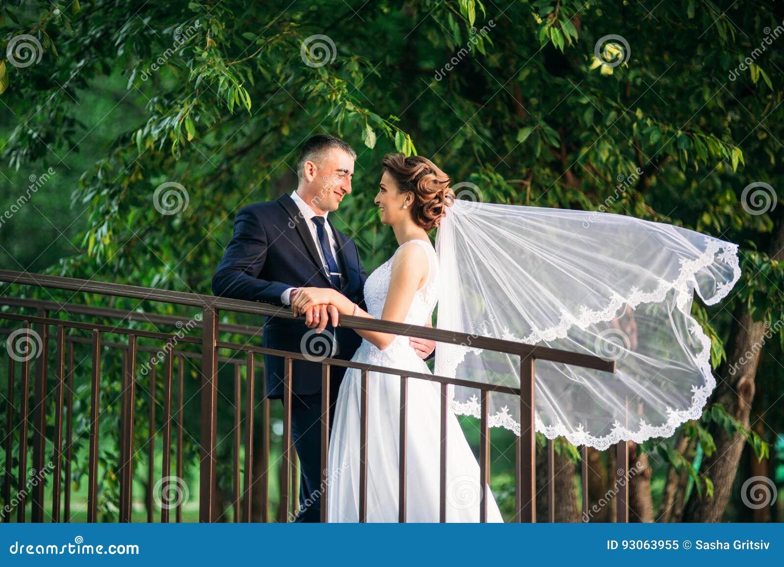 Potomstwa dobierają się, państwo młodzi chodzi ich dzień ślubu i cieszy się sunshine Lato