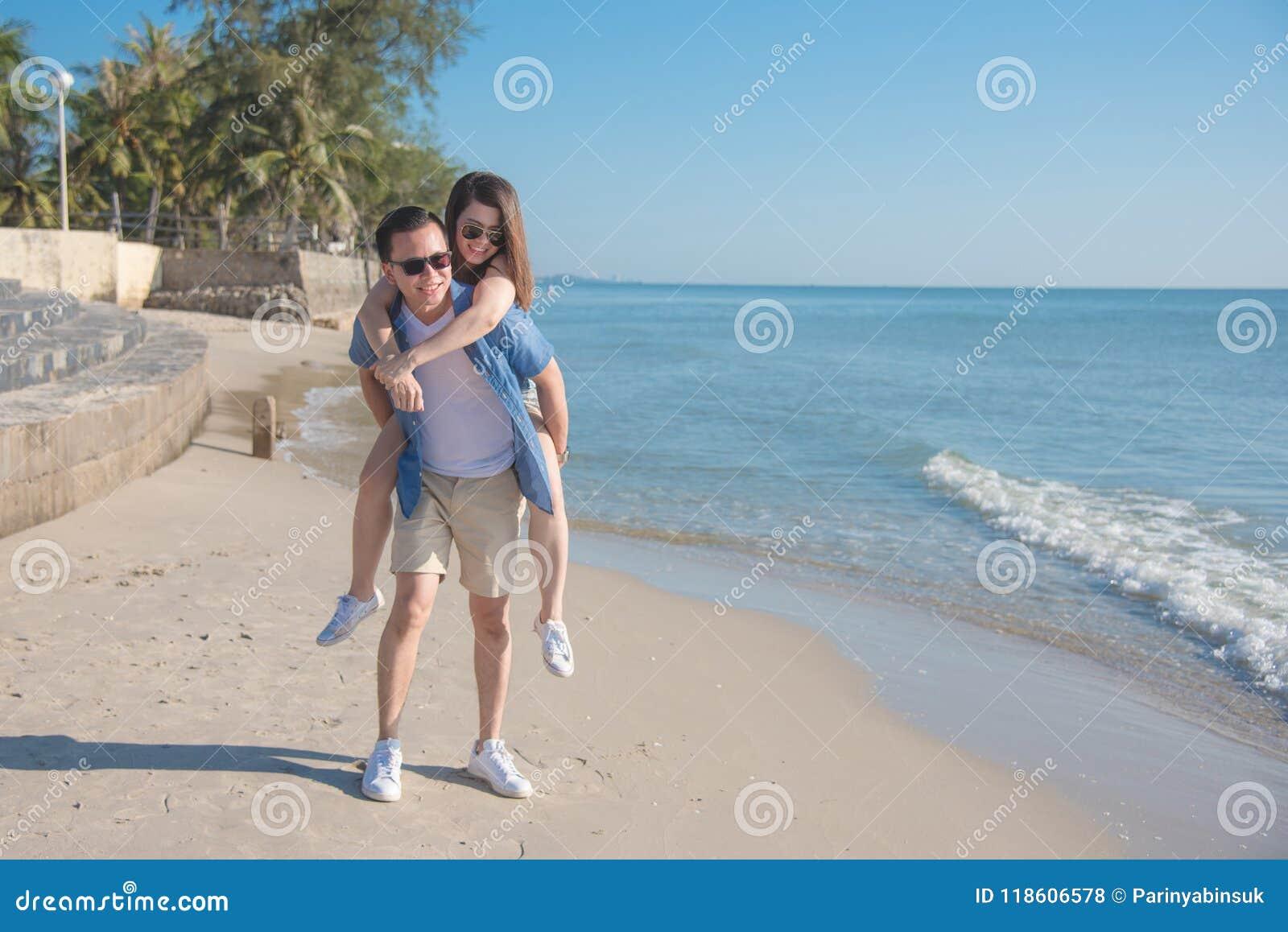 Potomstwa dobierają się szczęśliwego na plaży