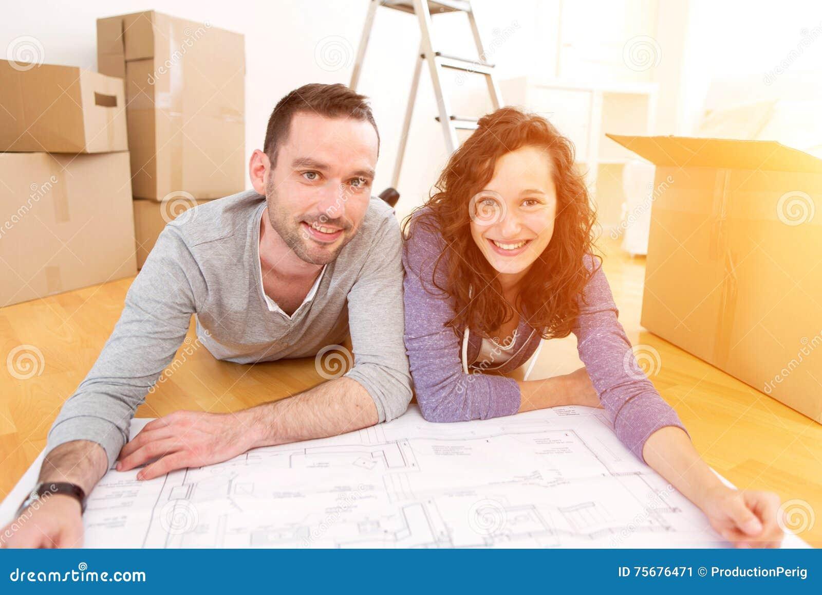 Potomstwa dobierają się w miłości ruszającej się w ich nowym mieszkaniu