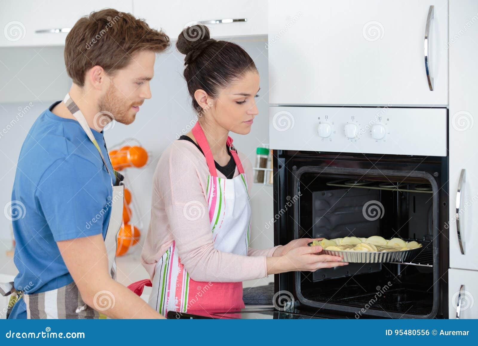 Potomstwa dobierają się w miłości wącha piec torty w kuchni