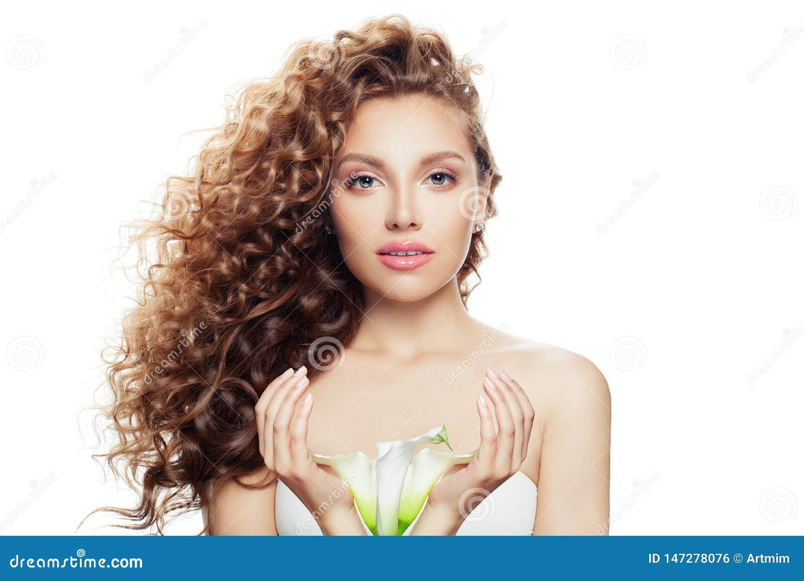 Potomstwa doskonalić kobiety z długą kędzierzawą fryzurą, zdrową skórą i leluja kwiatem w ona, ręki odizolowywać na białym tle