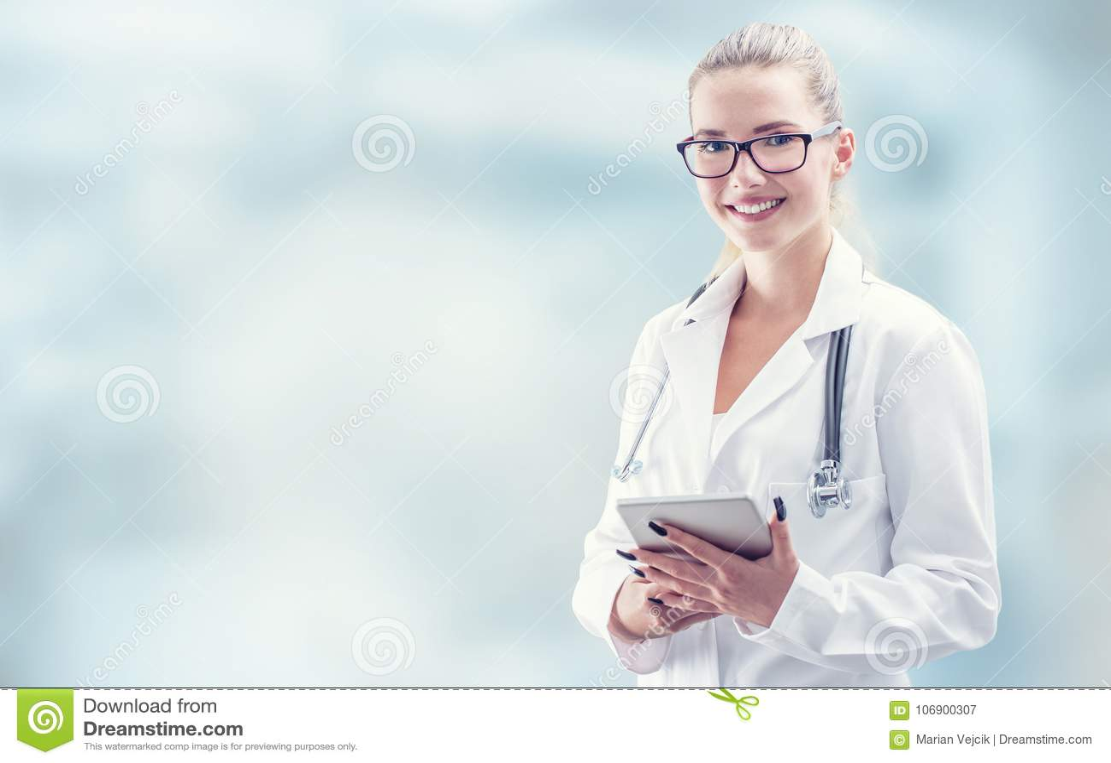 Potomstwa fabrykują kobieta uśmiechu twarz z pastylka bielem i stetoskopem
