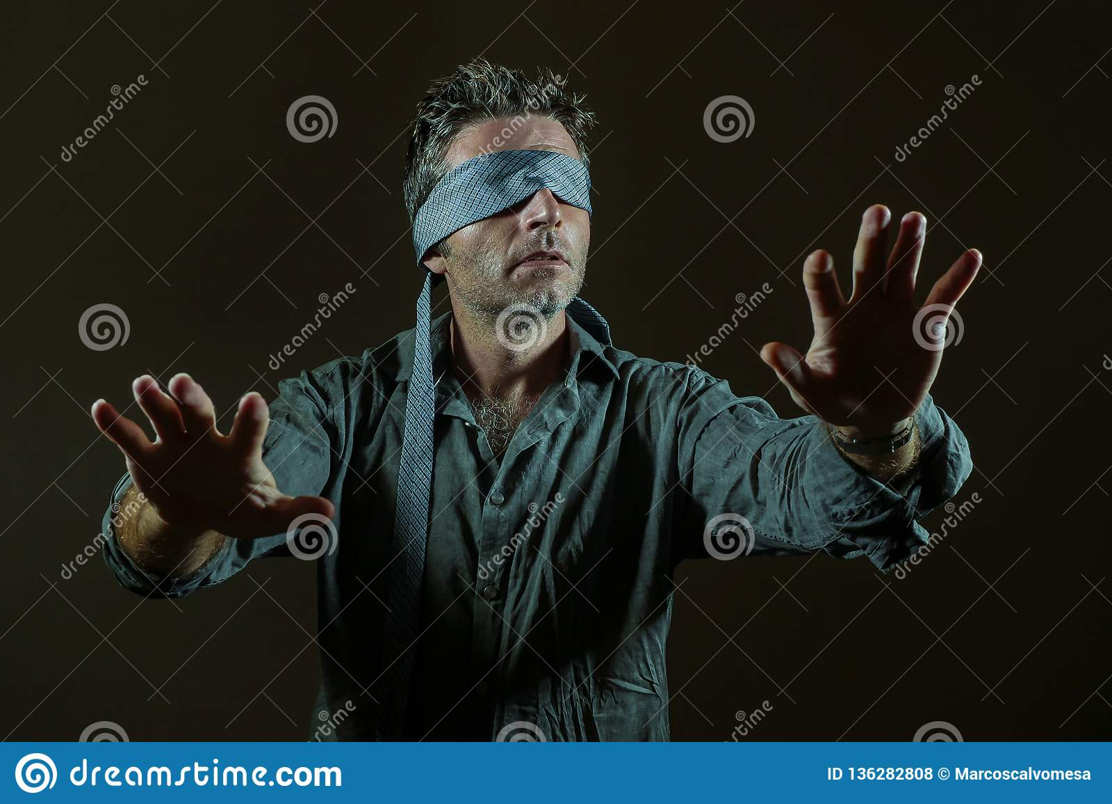 Potomstwa gubjący i wprawiać w zakłopotanie mężczyzna z zasłoniętymi oczami z krawatem bawić się interneta trendu niebezpiecznego