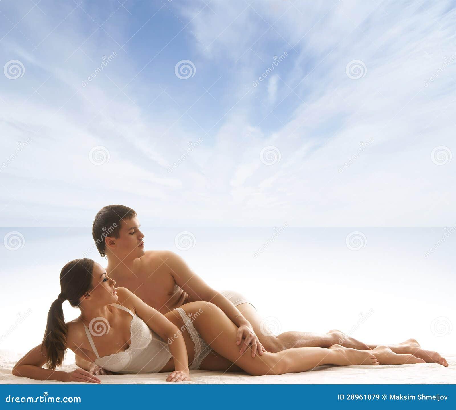 Potomstwa i seksowna para relaksuje w bieliźnie