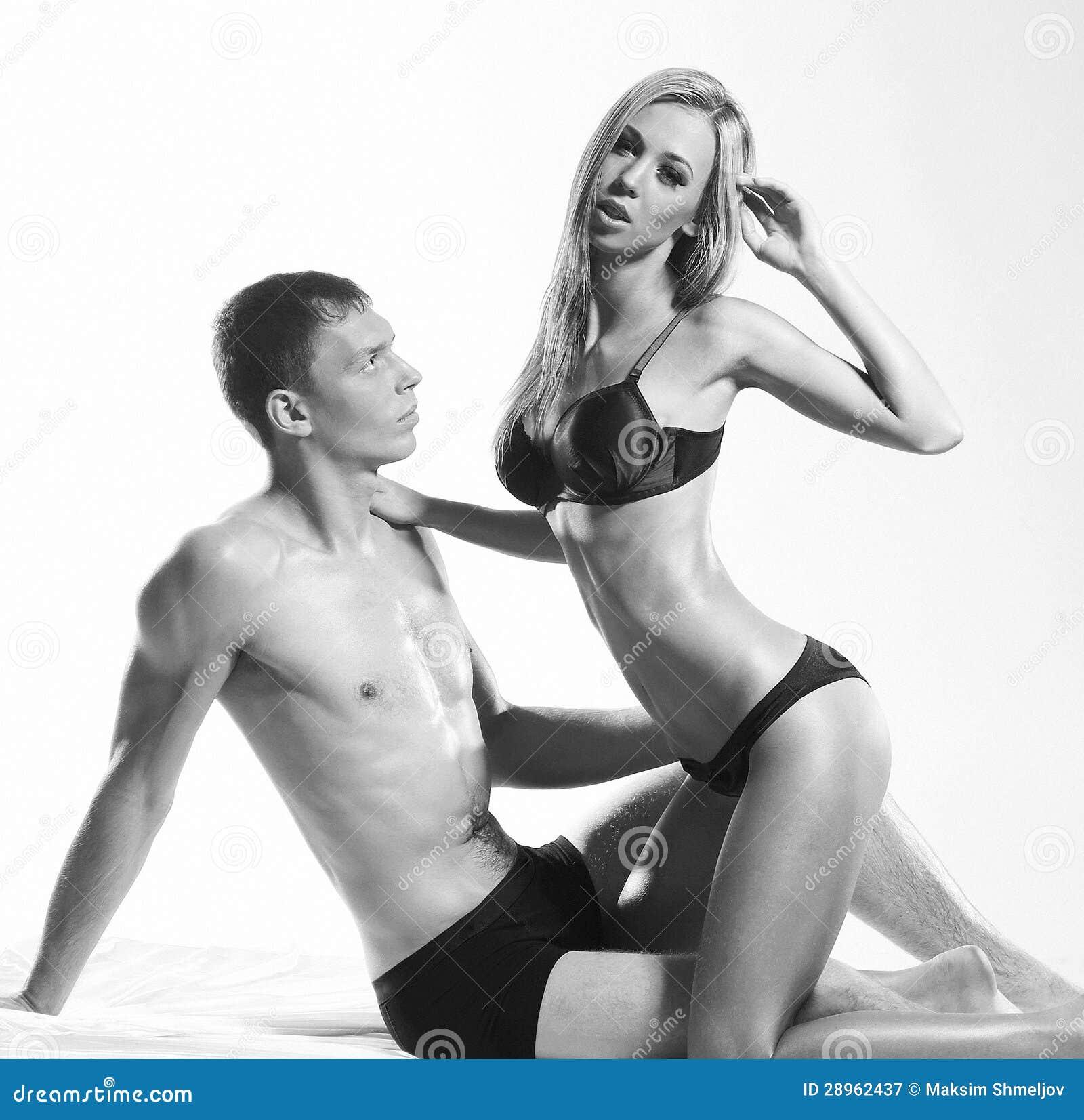 Potomstwa i seksowna para w erotycznej bieliźnie