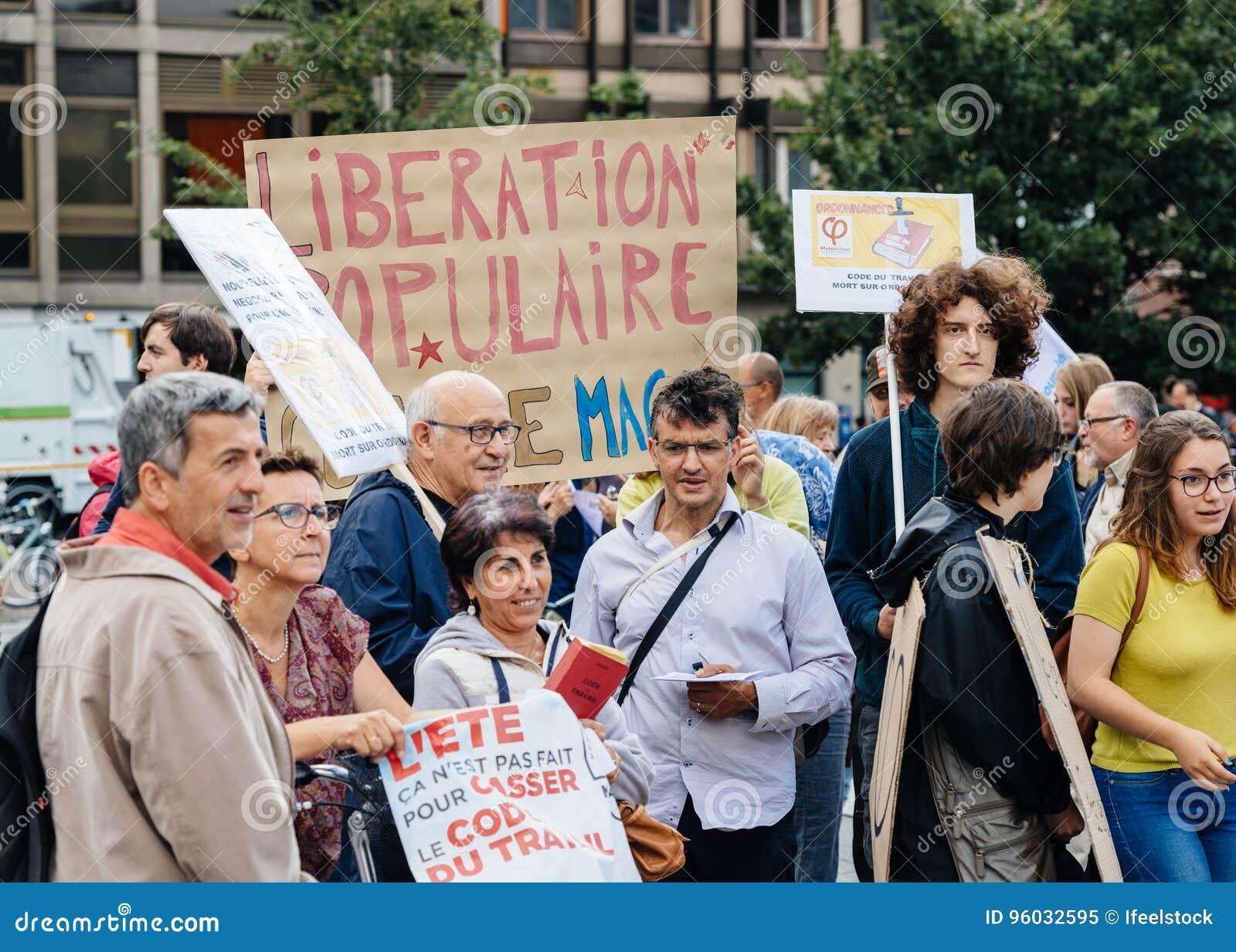 Potomstwa i seniory przy protestem w Francja przeciw macron