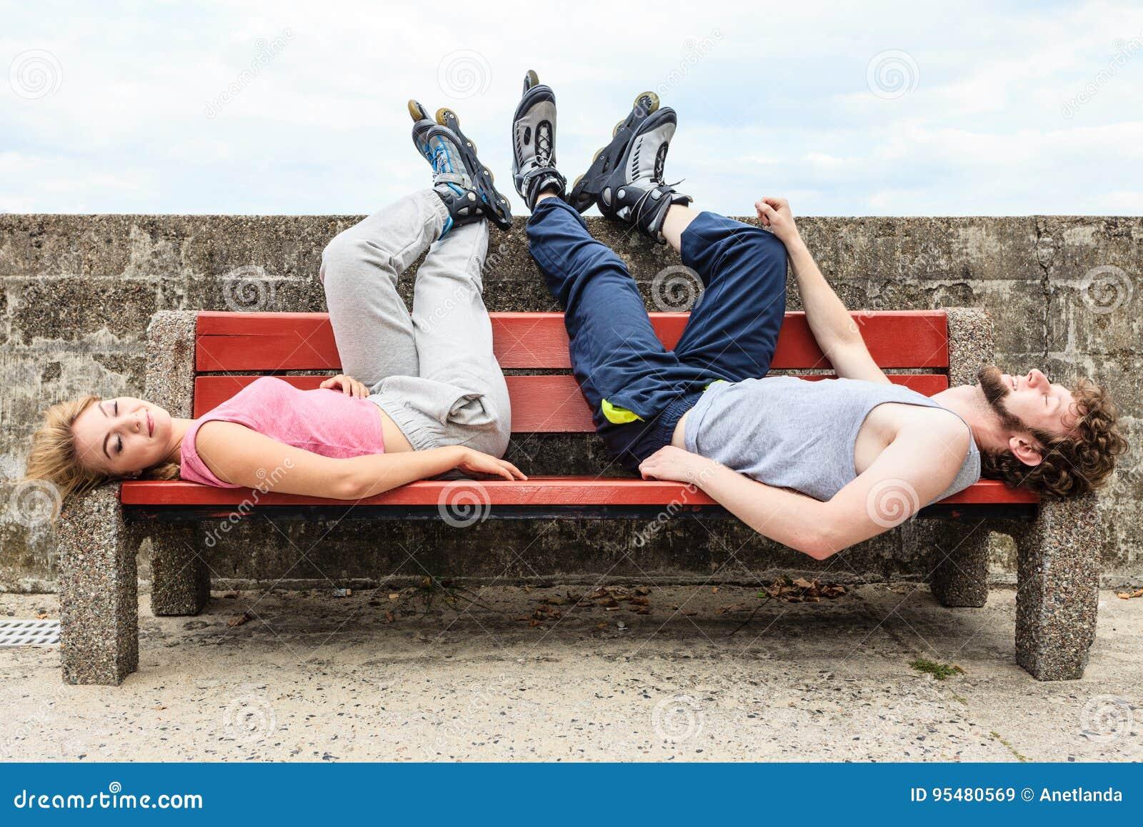 Potomstwa męczący ludzie przyjaciół relaksuje na ławce