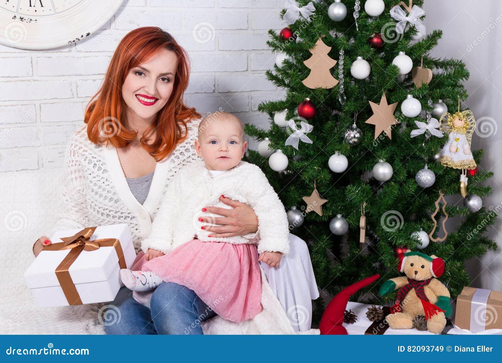 Potomstwa macierzyści i mała córka z prezenta pudełkiem przed Chris