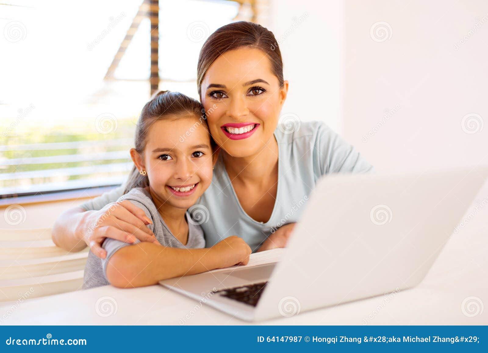 Potomstwa matkują córka laptop