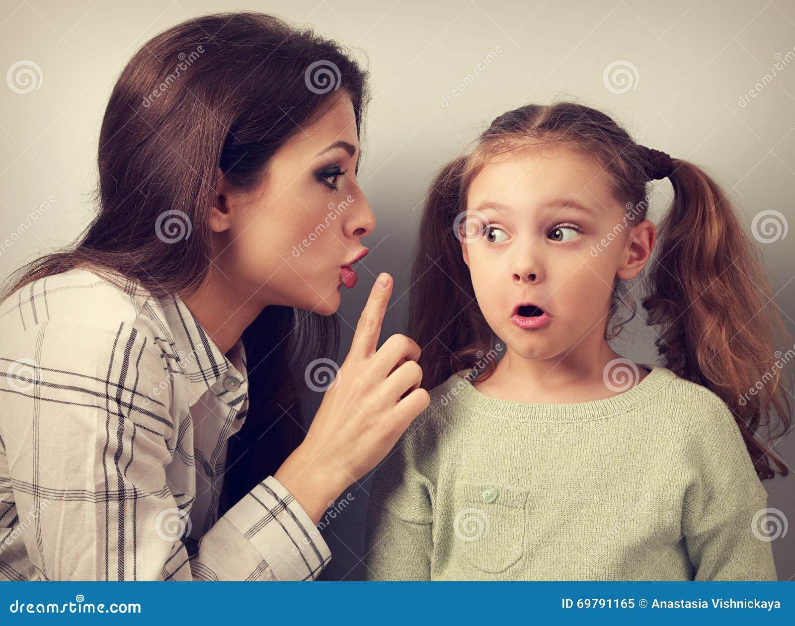Potomstwa matkują pokazywać palcowi cisza znaka jej surprisi