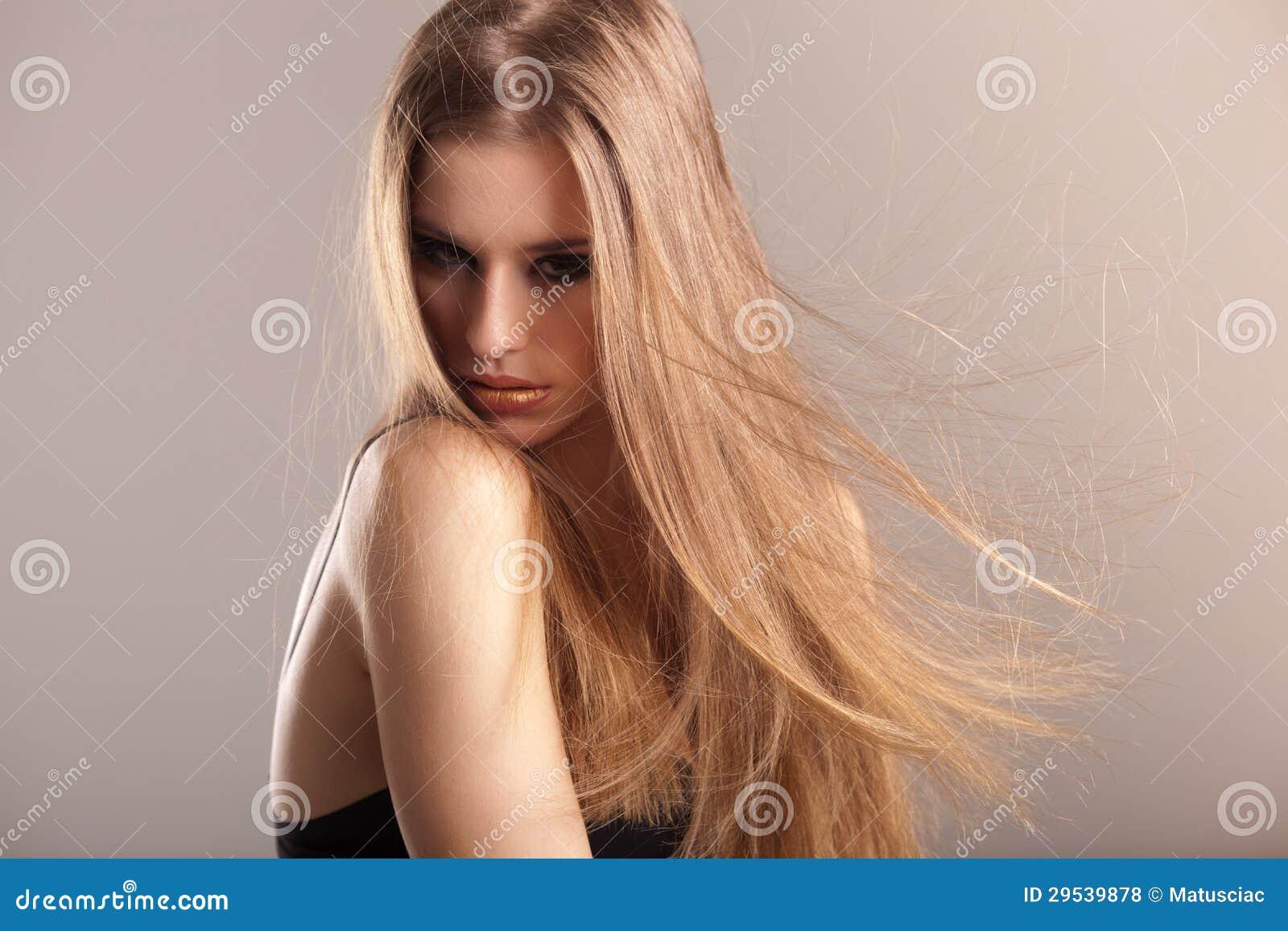 Potomstwa modelują z długim prostym włosy