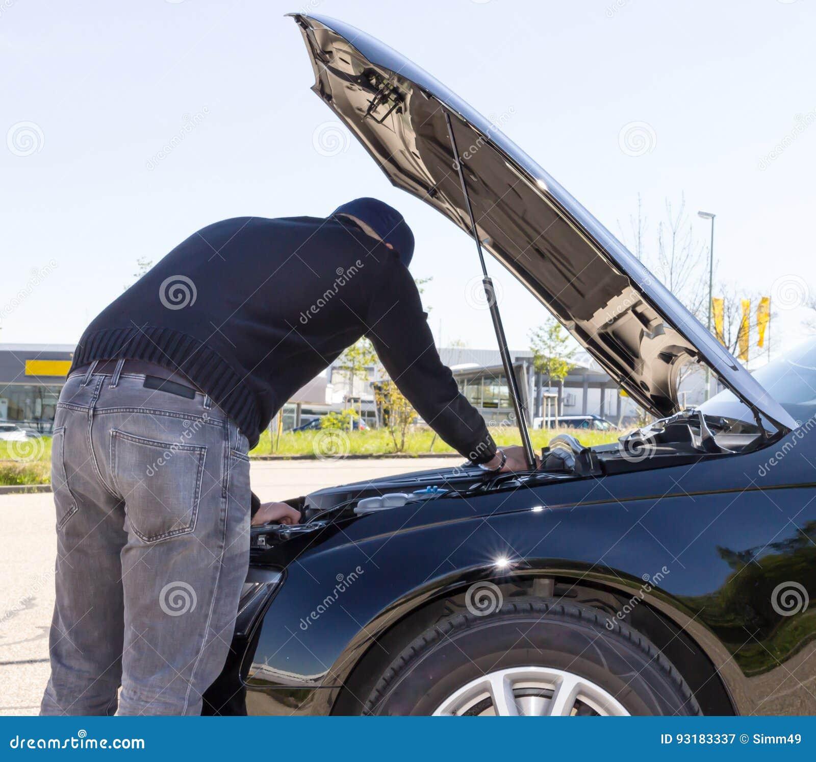 Potomstwa stresujący się obsługują mieć kłopot z jego łamanym samochodem