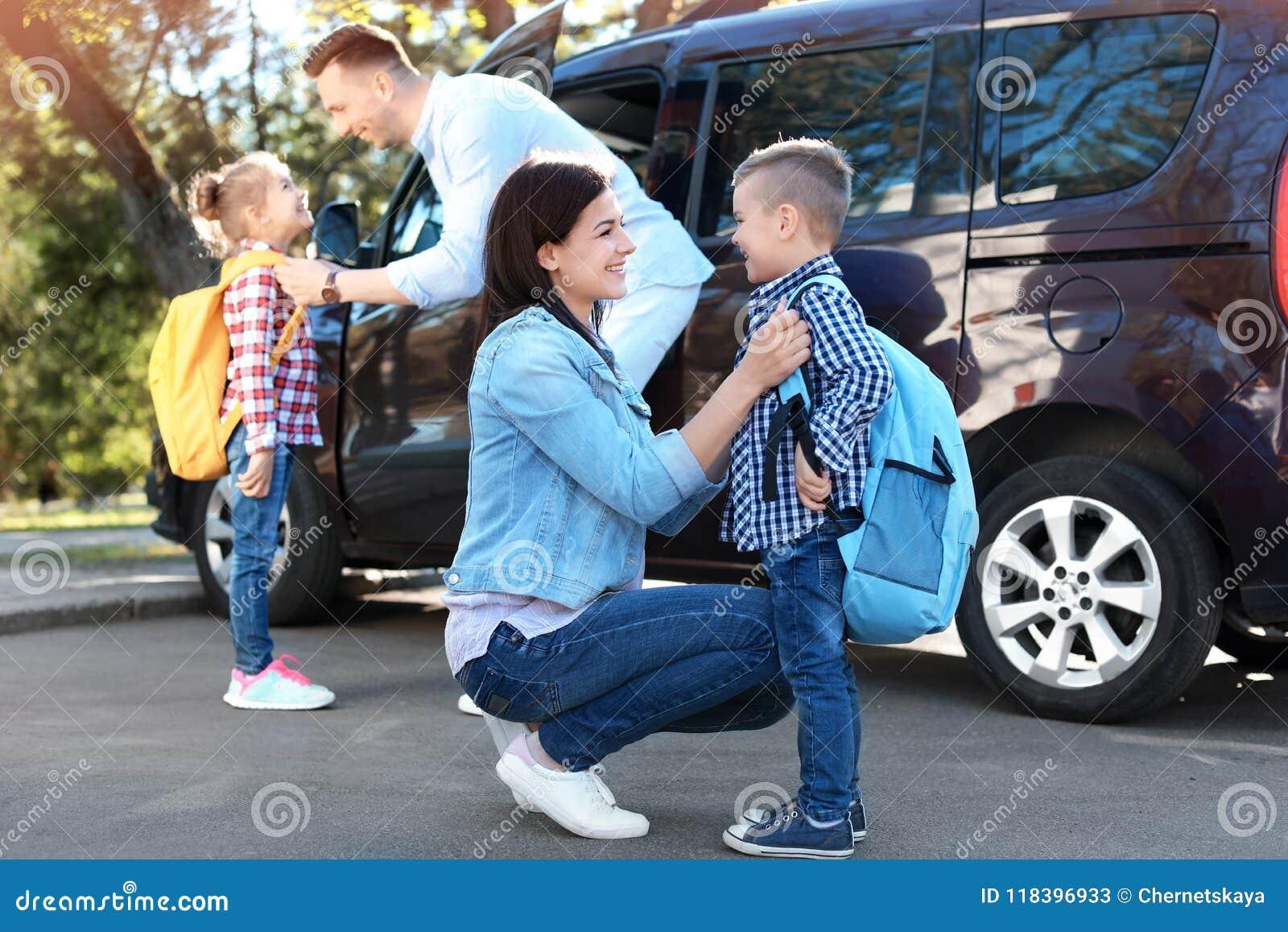 Potomstwa wychowywają mówić do widzenia ich dzieci blisko uczy kogoś