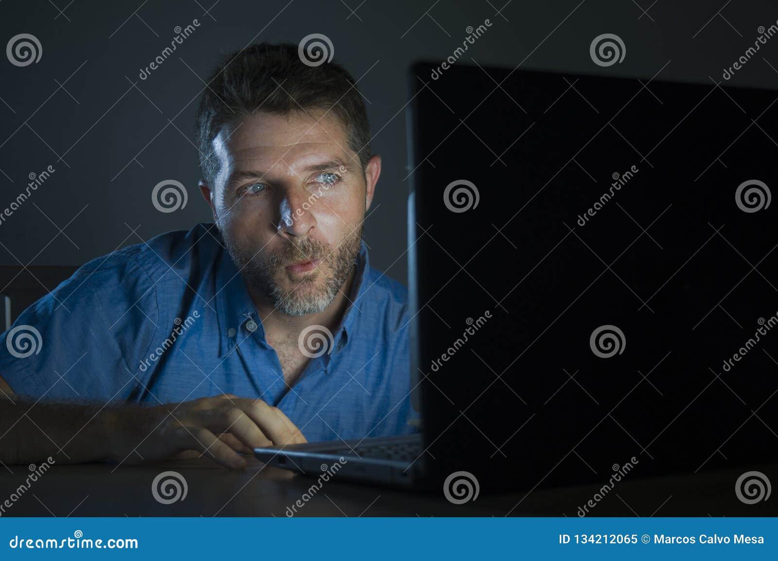 Potomstwa wzbudzający online i z podnieceniem płeć nałogowa mężczyzny dopatrywania porn mobilny w laptopu światła nocy w pornogra