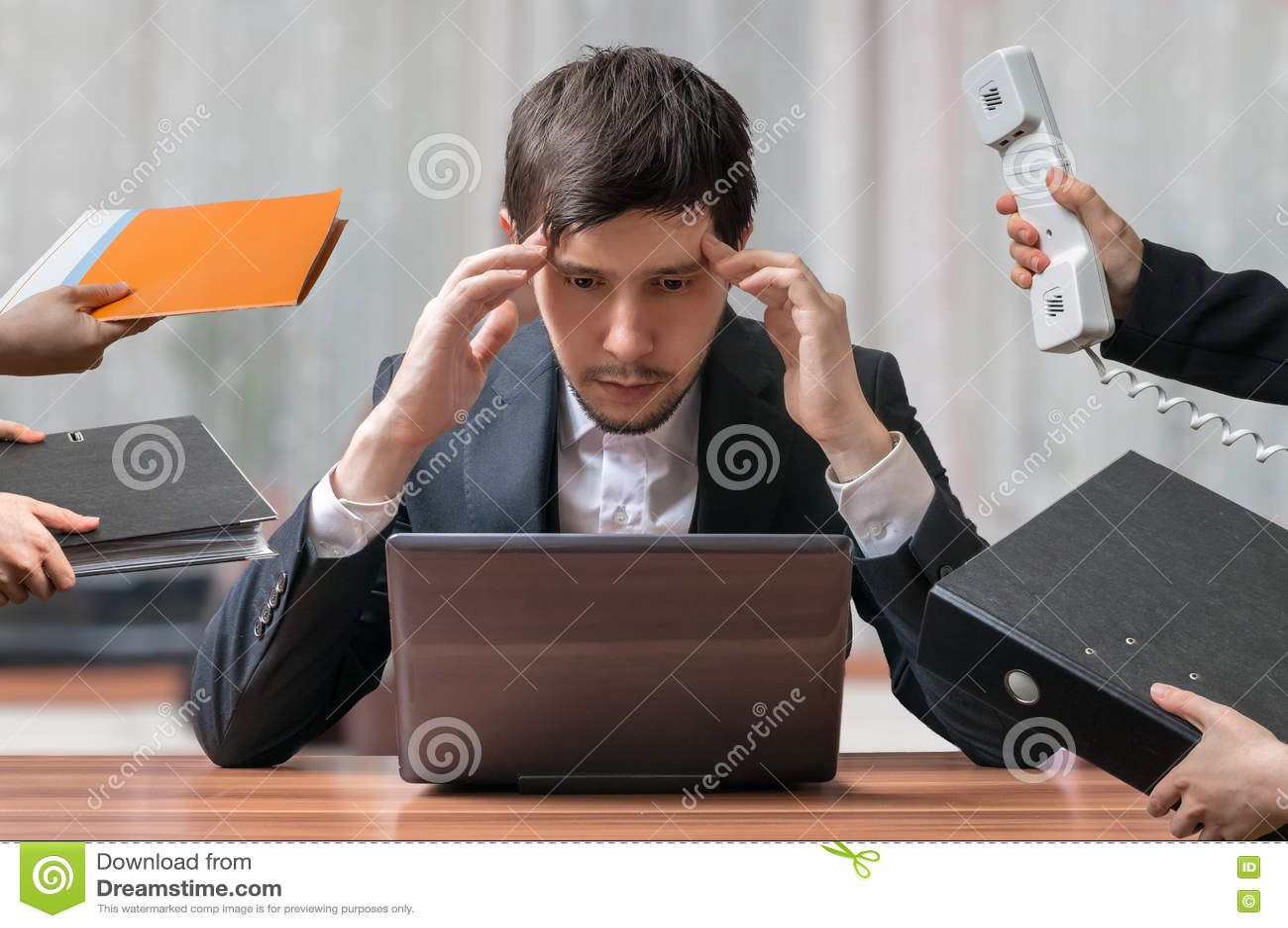 Potomstwa zamierzają i myśleć ruchliwie biznesmena pracuje z komputerem