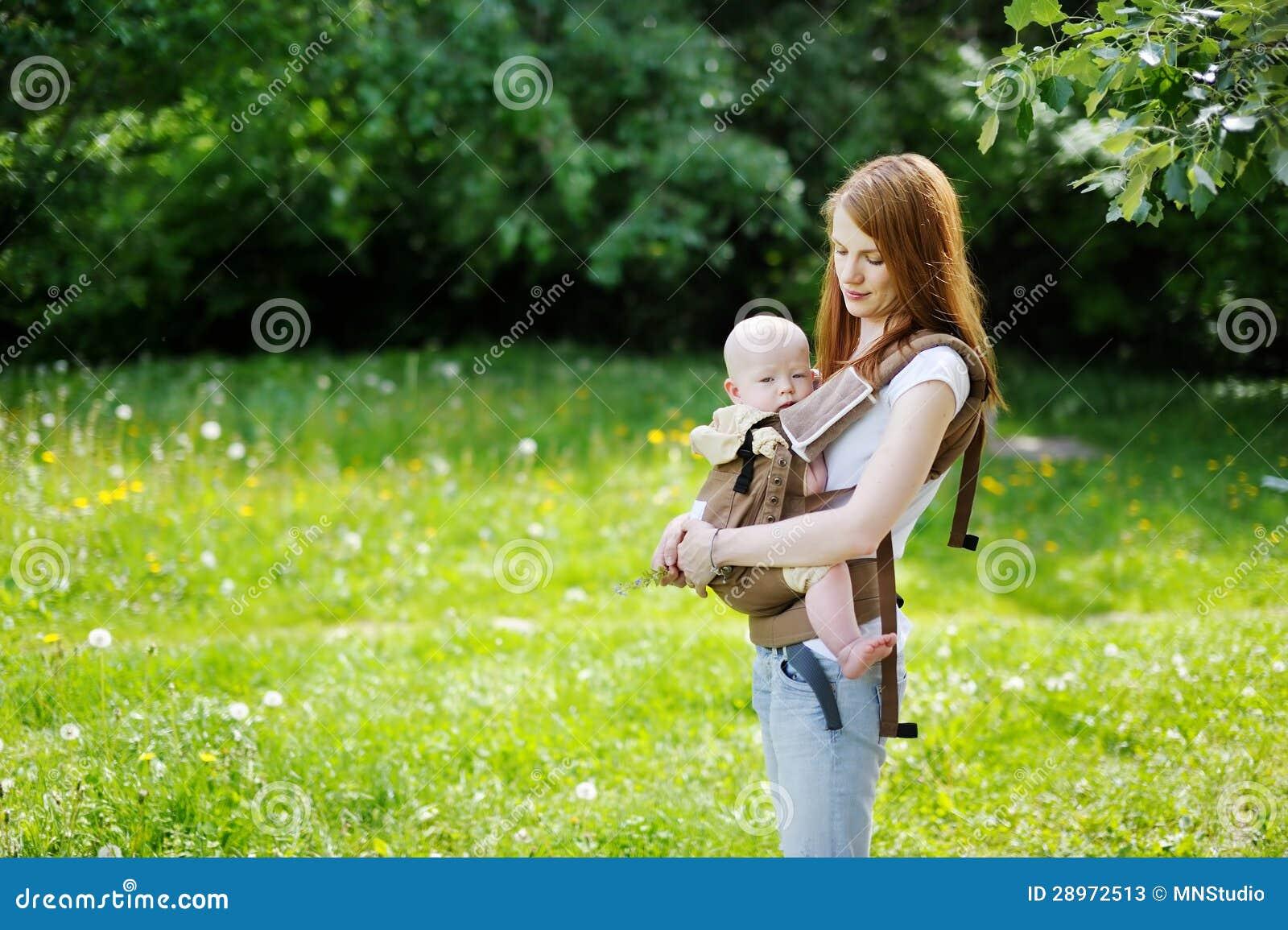 Potomstwo matka i jej mały dziecko