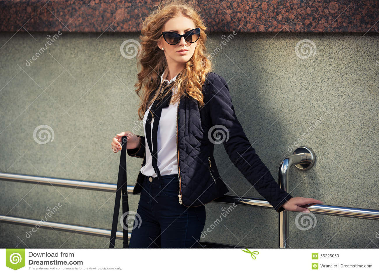 Potomstwo mody blond kobieta w okularach przeciwsłonecznych