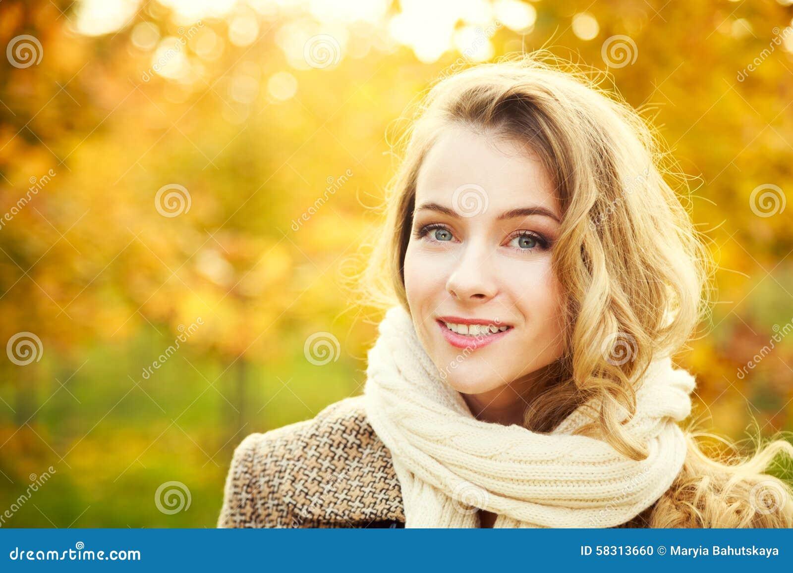 Potomstwo mody kobieta na jesieni tle