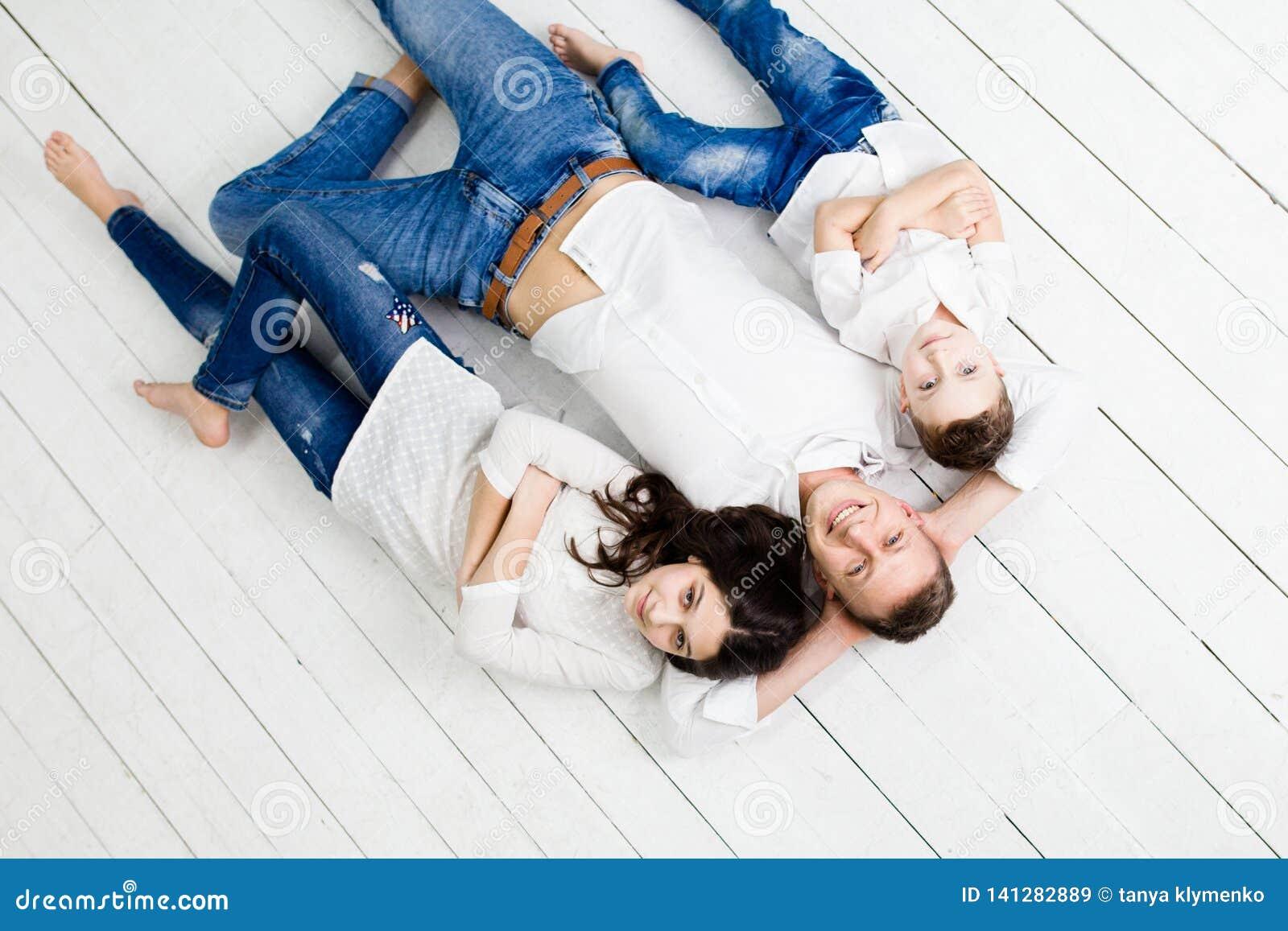 Potomstwo ojciec zabawę z córką i synem