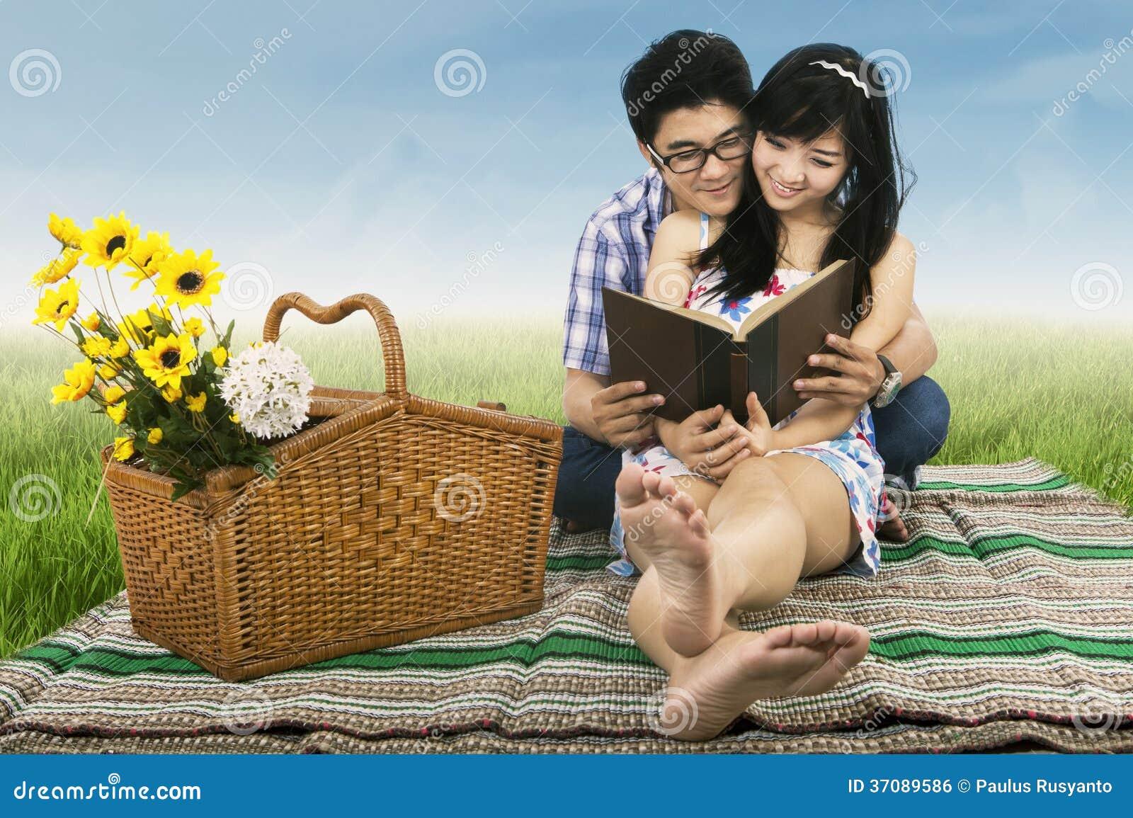 Download Potomstwo Para Jest Czytelniczym Książką Outdoors Zdjęcie Stock - Obraz złożonej z kosz, lifestyle: 37089586