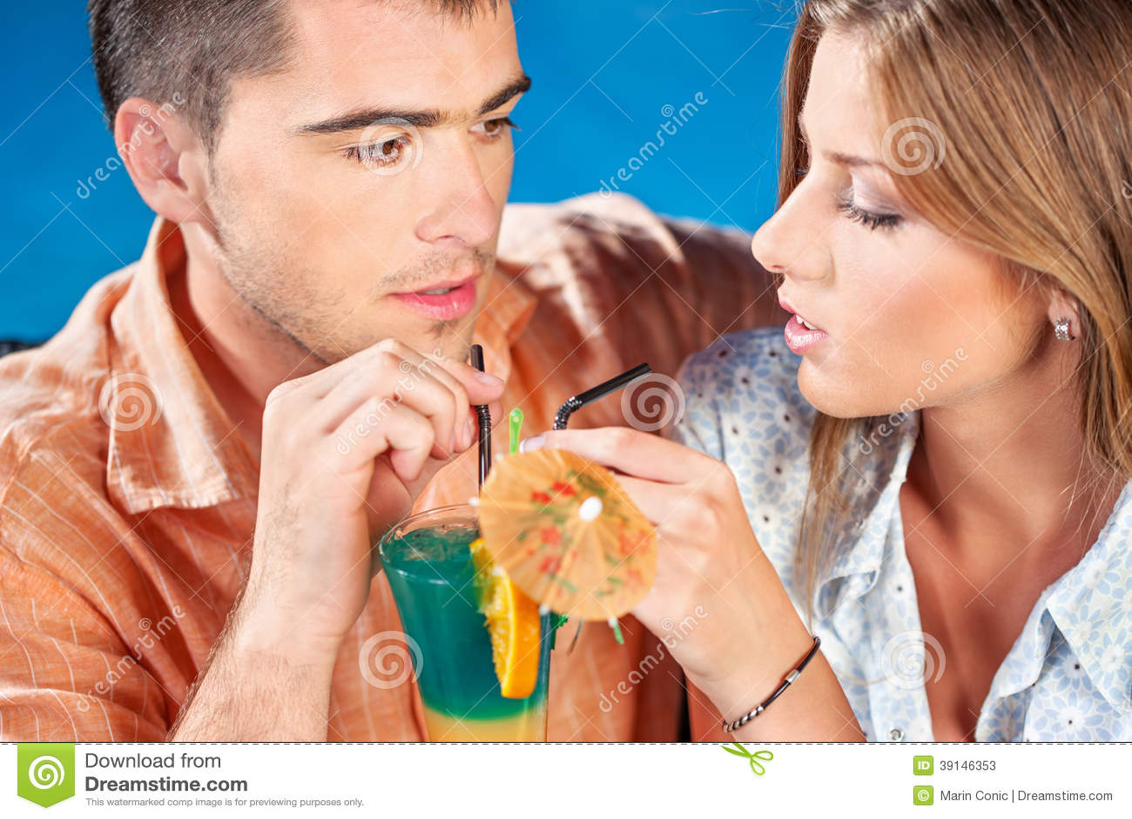 Potomstwo para pije koktajl