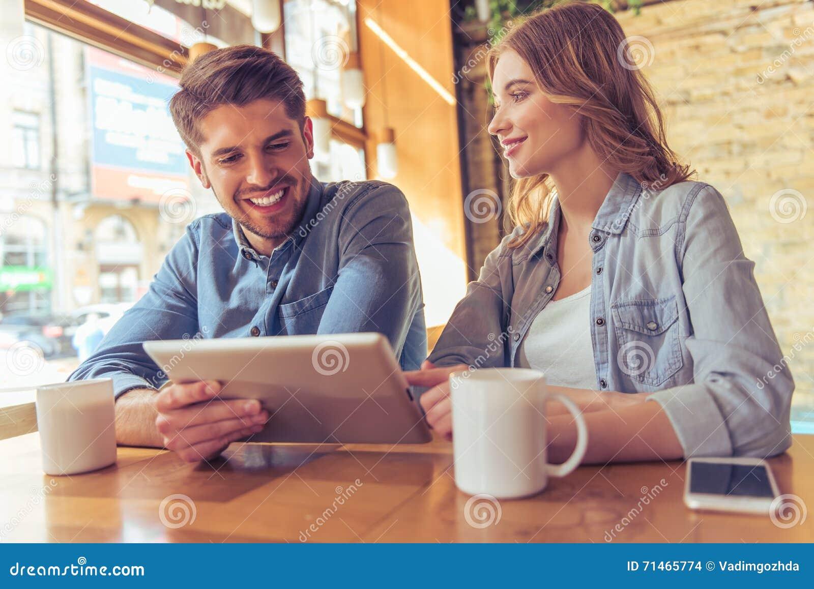 Potomstwo para w kawiarni